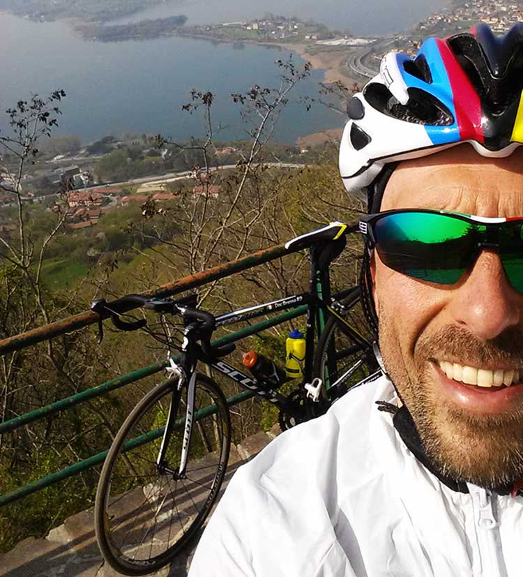 foto di davide con la sua bici da corsa