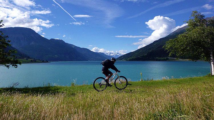 foto di un biker vicino ad un lago in Alto Adige