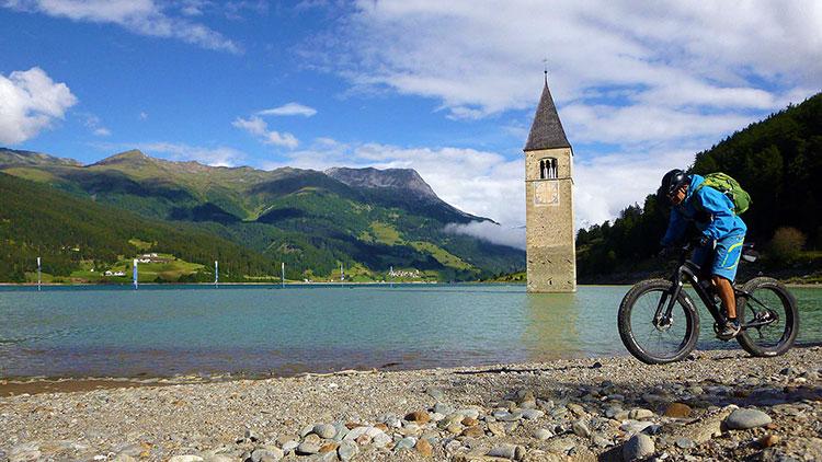 foto del campanile sommerso del lago di Resia, il simbolo della Val Venosta