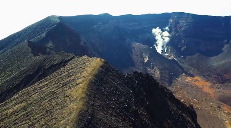 La cima del vulcano Oyama, sullisola di Miyake in Giappone
