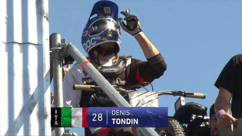 foto di Dennis Tondi alla partenza della urban downhill  Valparaiso