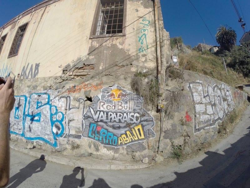 fot di Graffiti sui muri in Valparaiso per la urban downhill