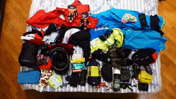 foto del materiale per alcuni giorni di viaggio da stivare nelle borse da bikepacking