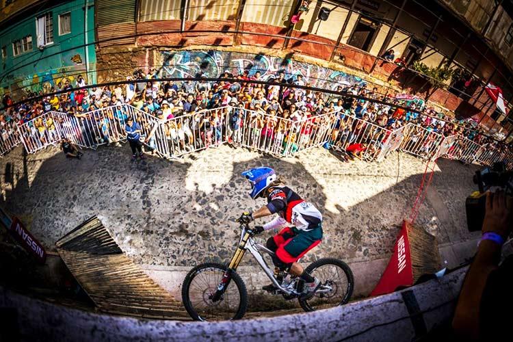 foto di dennis tondin sul wall ride, la struttura appoggiata al muro che crea una parabolica