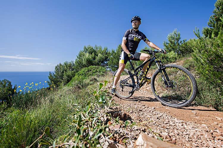 foto di mirko celestino sulla sua mtb in una pausa sui trail.