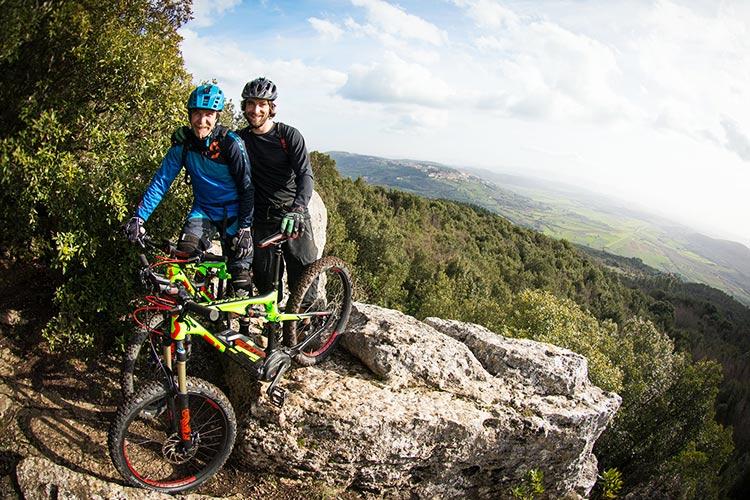 foto di due rider con mtb elettriche scott