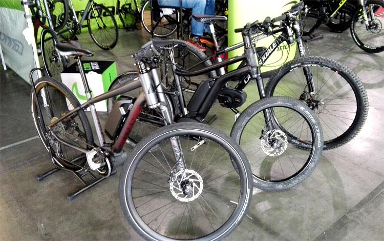 Alcune delle biciclette elettriche in mostra allo stand Cannondale alla fiera Prowinter 2016.