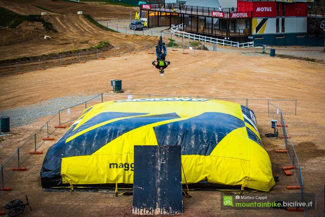foto di un salto siul materassone gonfiabile a maggiora park