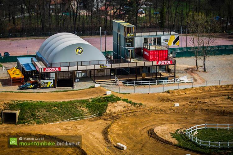 """foto della La """"Box Town"""" dove sono presenti il negozio, la pump track al coperto, l'officina, le aree meeting e gli spogliatoi."""