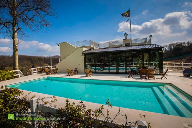foto della La piscina del ristorante Balmone, sopra a cui è presente un ampio terrazzo panoramico.