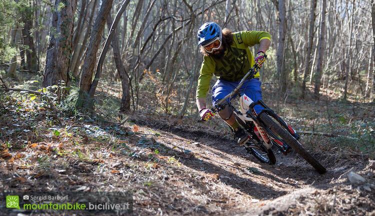 Un biker affronta un impegnativo trail in sella ad una bicicletta equipaggiata con freni idraulici Formula CR3