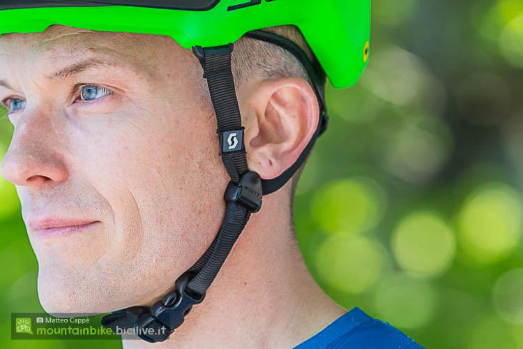 foto della cinghia del casco mtb scott vivo plus con sistema MIPS