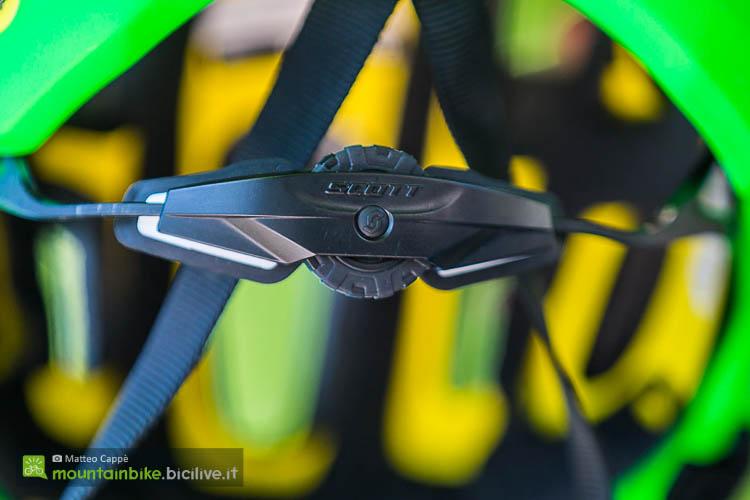 foto del sistema di ritenzione del casco mtb scott vivo plus con sistema MIPS