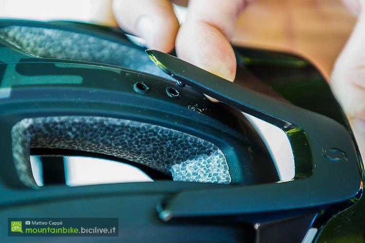 foto della visiera del casco mtb scott vivo plus con sistema MIPS