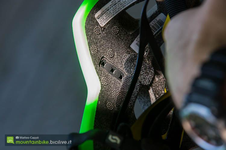 foto della regolazione della chiusura del casco mtb scott vivo plus con sistema MIPS