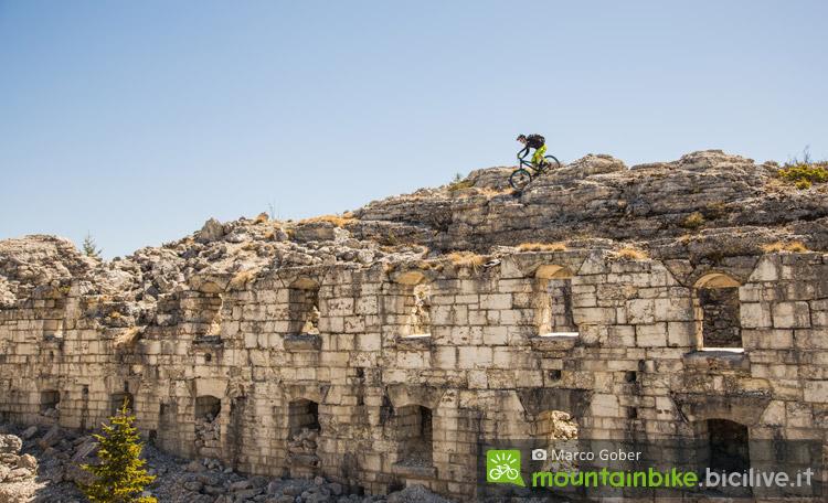 biker scende da un forte a Luserna