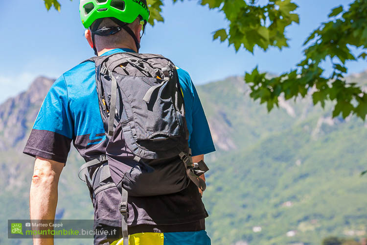 foto dello zaino scott trail protect indossato