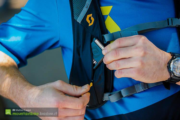 foto della L'utilissima taschetta sullo spallaccio destro dello zaino scott
