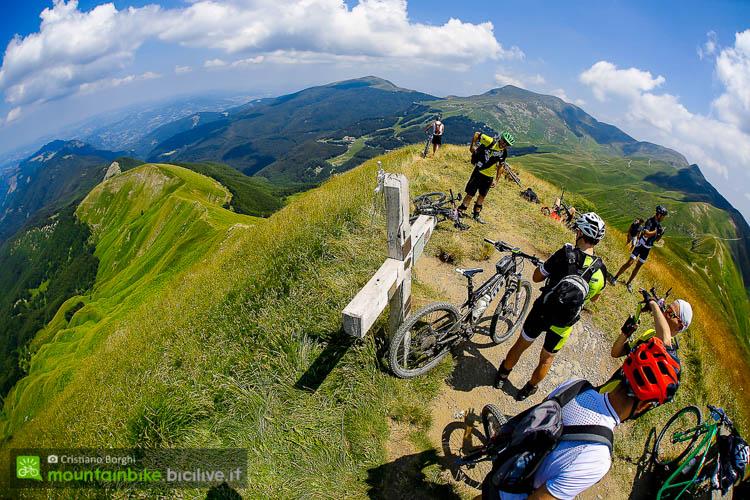 foto della Vista delle valli di Fanano, Cimone e Corno alle Scale dalla cima del Monte Spigolino a 1783 metri s.l.m.