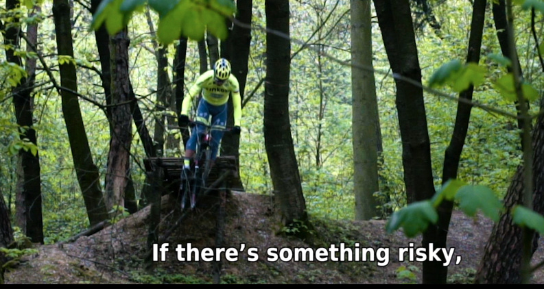 Peter Sagan in mtb mentre salta con la sua mountain bike un drop a Zilina