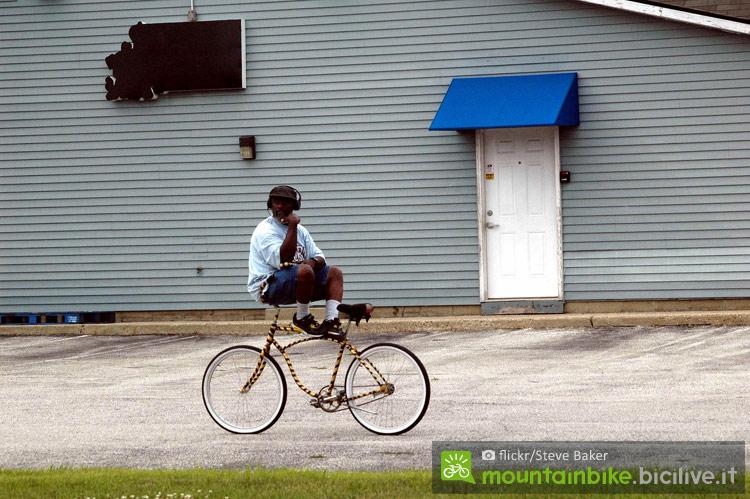 ciclista in equilibrio su una bicicletta