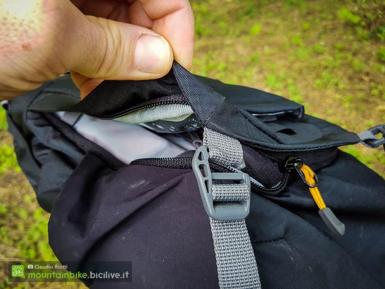 foto delle cinghie inferiori dello zaino scott trail protect