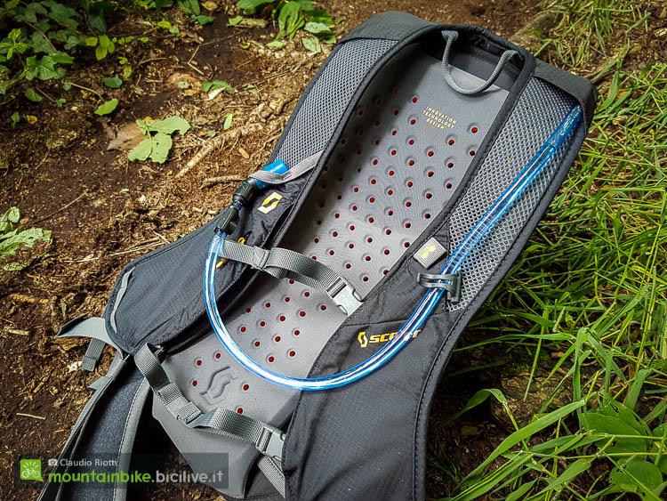 foto dello schienale dello zaino mtb scott trail protect