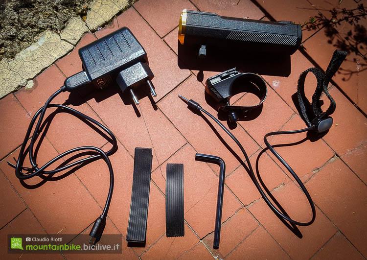 foto del Il contenuto della confezione: Il carica batteria, il faretto, il supporto, il comando remoto col cavo, i due spessori in gomma e la chiave a brugola da 5 mm.