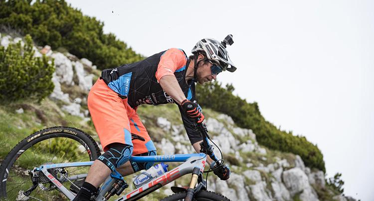 biker impegnato in una discesa con l'action cam Garmin