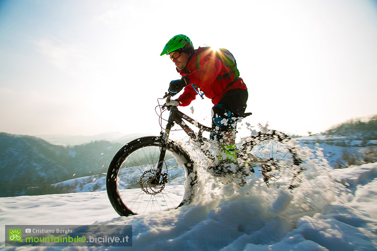 foto di claudio riotti in sella a una fat bike nella neve