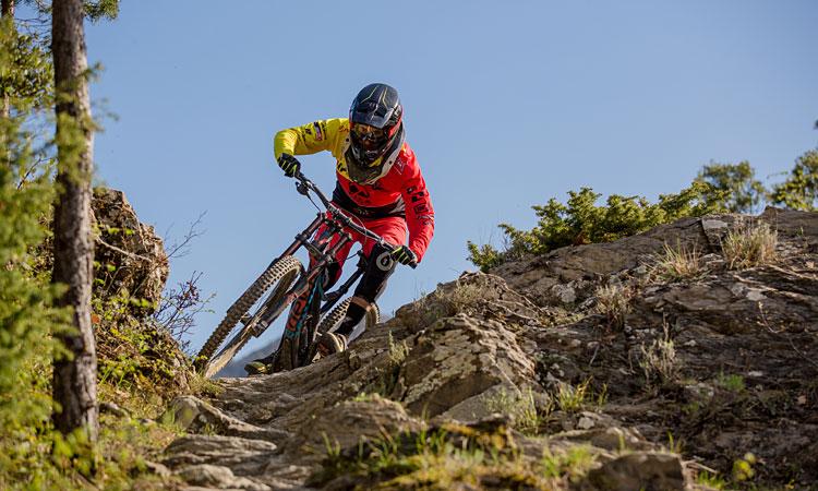 biker scende in un tracciato tecnico e pietroso a Pila Bike Planet