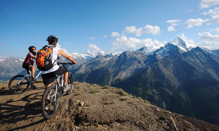 cicliste percorrono itinerari panoramici in mtb a Pila in Val d'Aosta