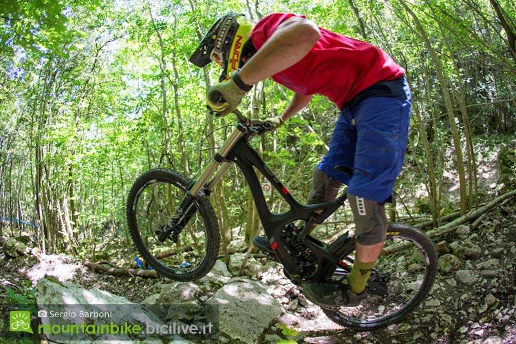 un biker affronta buche e ostacoli in sella alla Intense M16C Expert Build