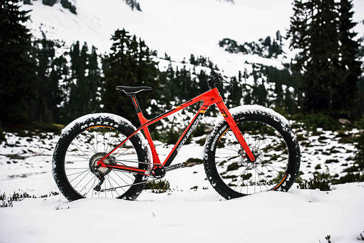 """foto della La SUziQ -90◦ RSL, una fat bike da xc con tealio in carbonio e ruote 27.5"""" da 3.8"""" di larghezza."""