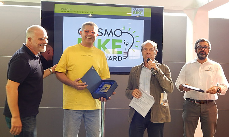 alberto deanesi di deaneasy riceve il cosmobike tech award
