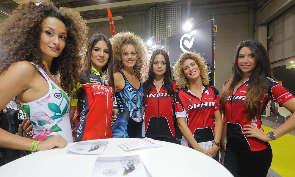hostess della fiera della bici cosmobike show