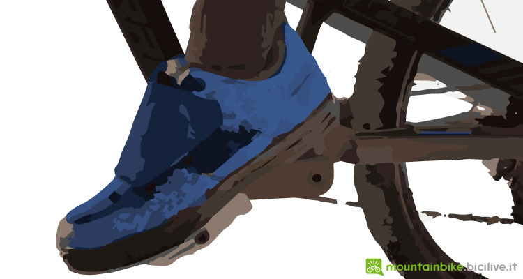 foto di una scarpa da mtb flat su un pedale a piattaforma