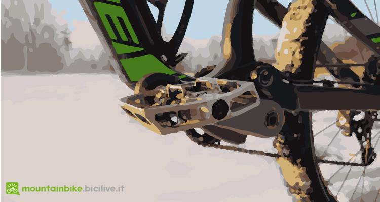 foto di un pedale a sgancio con piattaforma su una mtb da enduro