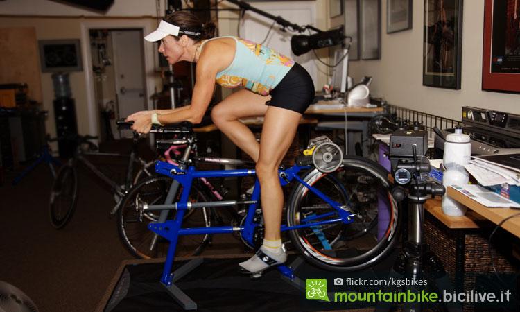 ciclista si allena sui rulli per bruciare grassi