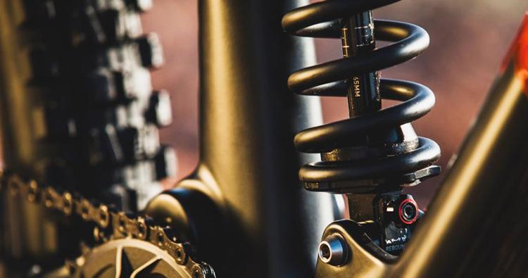 foto dell'ammortizzatore mtb Rockshox super deluxe coil e la sua scala laserata