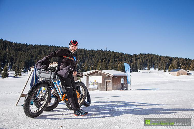 foto di un biker con abbigliamento personalizzato bicilive