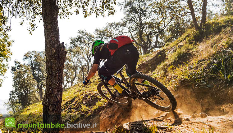 foto di claudio riotti su una mtb durante il test di pneumatici michelin all mountain cross country