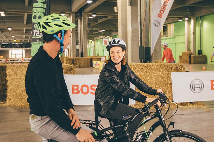 ciclisti testano biciclette nell'area test di prowinter bike
