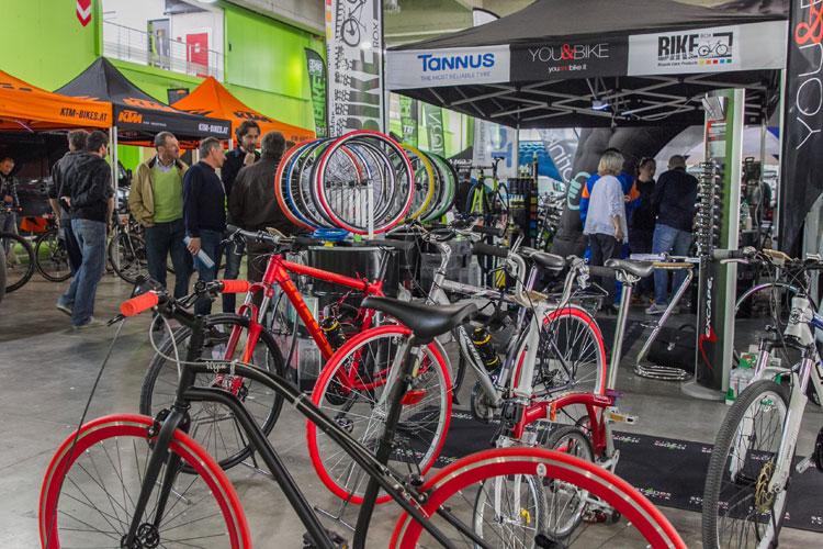 stand con biciclette alla fiera prowinter bike
