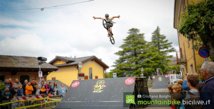 spettacolo di bmx durante il ciimone bike festival