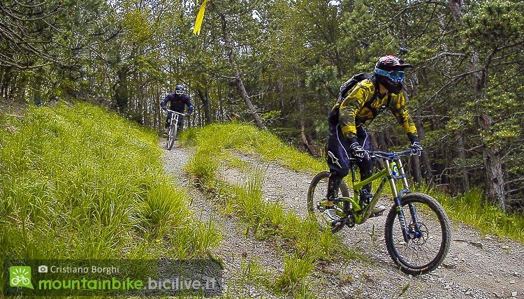ciclista pedala tra i percorsi del Cimone Bike Festival