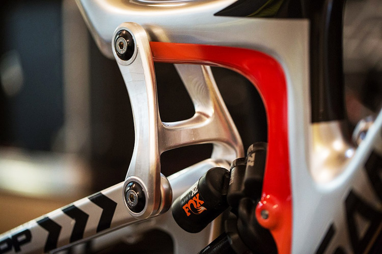 "foto del  link in carbonio della sospensione posteriore della Santa Cruz V10 29""."