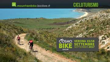 cicloturisti pedalano verso la spiaggia