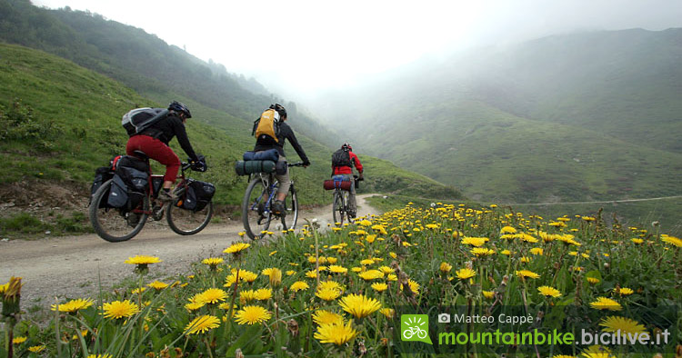 ciclisti praticano bikepacking