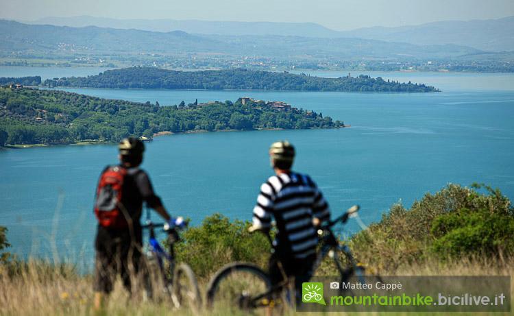 ciclisti pedalano al lago